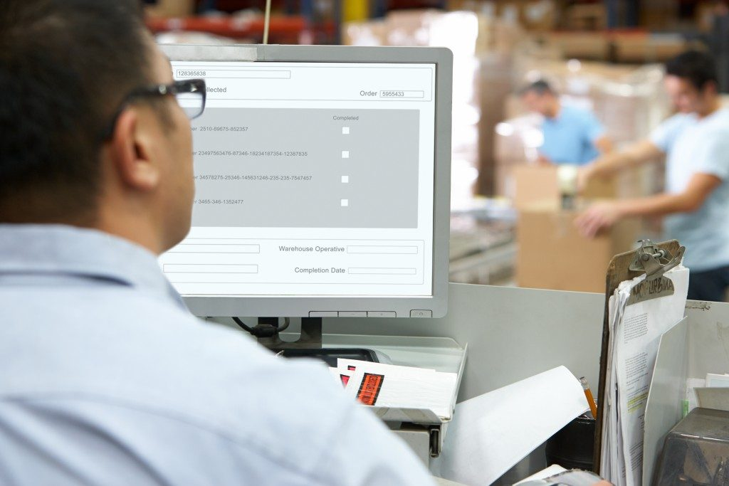 Employee using a software in a warehouse