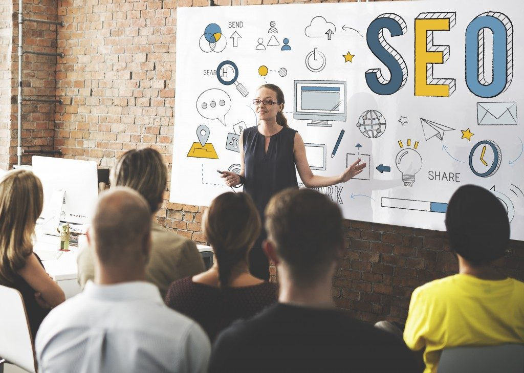 woman conducting an seo training