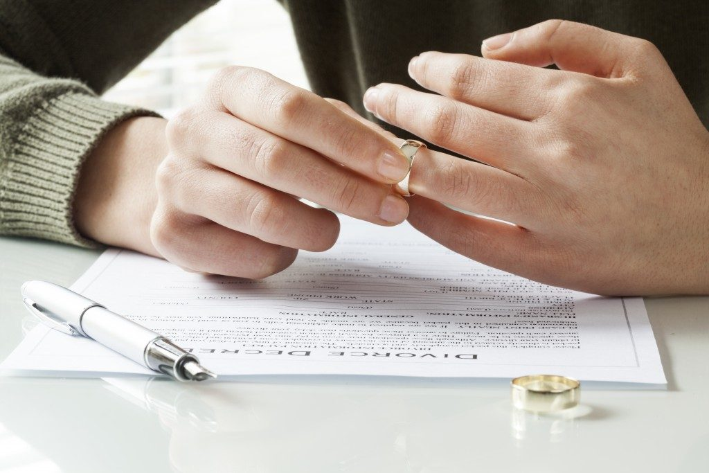 removing wedding ring with divorce papers