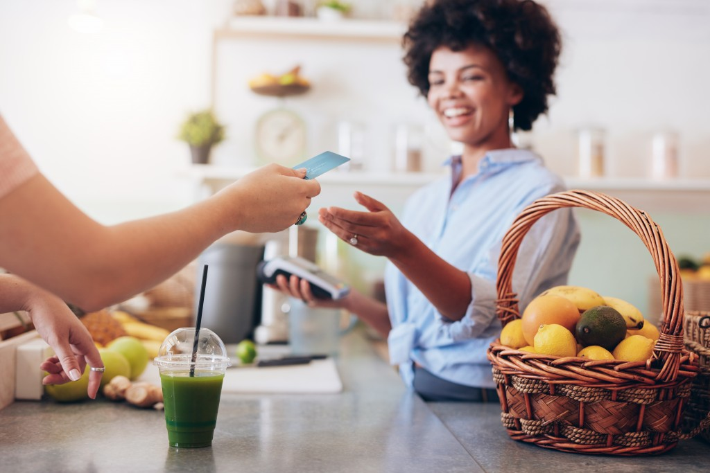 customer paying drink through credit card